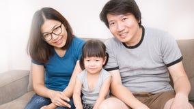 Mammafarsa- och dottersammanträde i vardagsrummet royaltyfria bilder