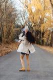 Mammalek för den unga kvinnan med den lilla dottern på hösten parkerar vägen royaltyfri foto