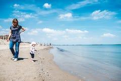 Mamman behandla som ett barn signal för strandkustblått Royaltyfria Bilder