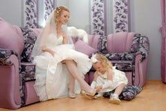 Mamman för liten flicka` s får att gifta sig Dottern klär mamma b arkivbild