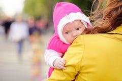 Mamman håller förestående ett småbarn Fotografering för Bildbyråer