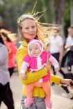 Mamman håller förestående ett småbarn Royaltyfri Bild