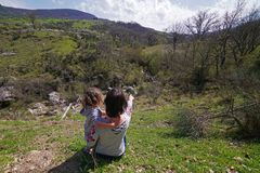 Mamman indikerar dottern på härligt landskap royaltyfri foto