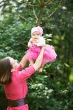 Mamman kastar behandla som ett barn upp Royaltyfri Foto