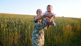 Mamman kastar upp och fångar hennes lilla dotter lager videofilmer