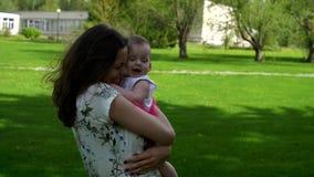 Mamman kramar och kysser dottern arkivfilmer