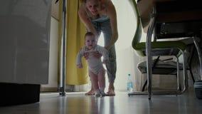 Mamman lär att gå ett småbarn lager videofilmer