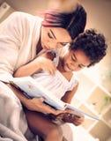 Mamman läste mig berättelsen fotografering för bildbyråer