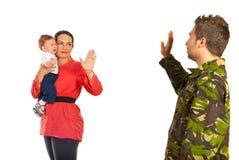 Mamman med behandla som ett barn förbi från militär farsa Arkivfoto
