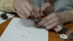 Mamman och barnet gör hantverk från naturliga material stock video