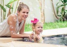 Mamman och behandla som ett barn Arkivbilder