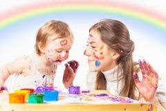 Mamman och behandla som ett barn attraktioner med kulör färgpulvermålarfärg Arkivbilder