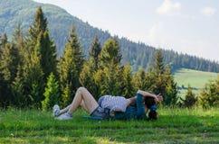 Mamman och behandla som ett barn beundrar naturen i bergen Arkivbilder