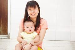Mamman och behandla som ett barn daugher Arkivfoton