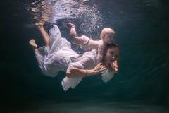 Mamman och behandla som ett barn dyker arkivbilder