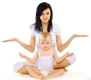Mamman och behandla som ett barn göra övningen, gymnastik, yoga, kondition Royaltyfri Bild