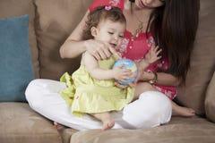 Mamman och behandla som ett barn ha gyckel Arkivbilder