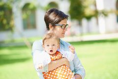 Mamman och behandla som ett barn i natur royaltyfri bild