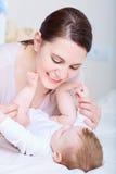 Mamman och behandla som ett barn leende lycklig familj Arkivbild