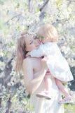 Mamman och behandla som ett barn mjukhet Royaltyfri Fotografi