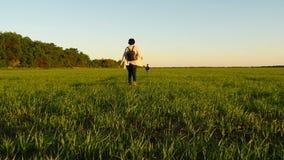 Mamman och behandla som ett barn promenerar den gröna gräsmattan, i en långsam hastighet stock video