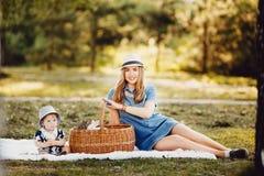Mamman och den lilla sonen spelar in parkerar fotografering för bildbyråer