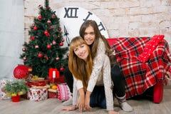 Mamman och dottern är lyckliga tillsammans på jul Arkivfoto