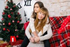 Mamman och dottern är lyckliga tillsammans på jul Arkivfoton