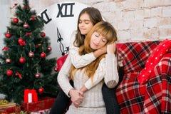 Mamman och dottern är lyckliga tillsammans på jul Royaltyfri Bild