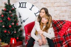 Mamman och dottern är lyckliga tillsammans på jul Royaltyfri Fotografi