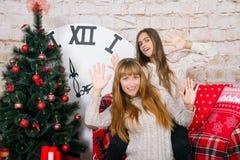 Mamman och dottern är lyckliga tillsammans på jul Arkivbilder