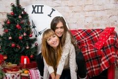 Mamman och dottern är lyckliga tillsammans på jul Royaltyfri Foto