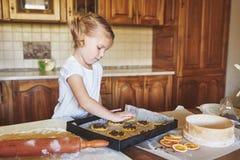 Mamman och dottern är upptagna stekheta kakor Arkivfoton