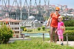 Mamman och dottern betraktar huset Arkivbilder