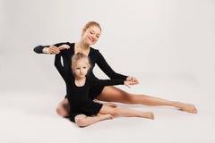 Mamman och dottern gör gymnastik Royaltyfri Bild