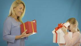 Mamman och dottern ger gåvor till varandra Mamman ger dottern en gåvaask Min dotter ger mig en gåva arkivfilmer