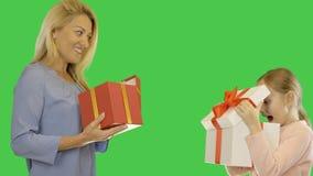 Mamman och dottern ger gåvor till varandra Modern och dottern firar Mamman och dottern ger gåvor tillsammans _ arkivfilmer