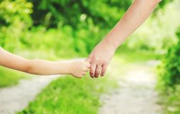 Mamman och dottern promenerar väginnehavhänderna Selektivt fokusera Fotografering för Bildbyråer