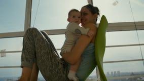 Mamman och dottern sitter på balkongen stock video