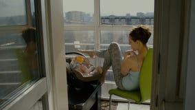 Mamman och dottern sitter på balkongen arkivfilmer