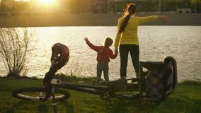 Mamman och dottern tycker om solen i sommaren på solnedgången arkivfilmer