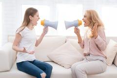 Mamman och en tonårs- dotter argumenterar med de royaltyfri fotografi