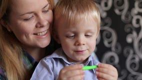 Mamman och hennes lilla son gjutas från plasticine lager videofilmer