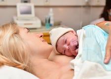 Mamman och nyfött behandla som ett barn hud till huden efter födelse i sjukhuset arkivbild