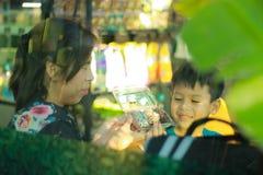 Mamman och sonen är mellanmål och spelar tillsammans lyckligt arkivbilder