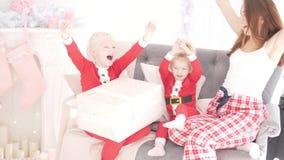 Mamman och ungar tycker om jul stock video