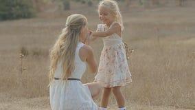Mamman roar hennes lilla dotter som kramar och stock video