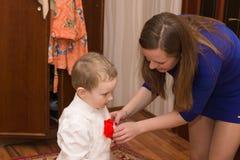 Mamman sätter hennes son Fotografering för Bildbyråer