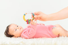 Mamman som ger en pladder hennes litet, behandla som ett barn flickan Fotografering för Bildbyråer