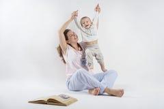 Mamman spelar med hennes son Arkivfoto